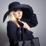 Hat.Spring.Handbag的美丽的白肤金发的妇女 免版税库存图片
