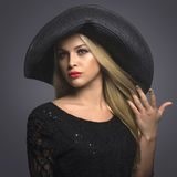 Hat.Spring.Jewelry的美丽的白肤金发的妇女 库存照片