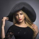 Hat.Spring.Jewelry的美丽的白肤金发的妇女 免版税库存照片