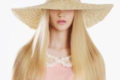 Hat.Spring.Jewelry的美丽的白肤金发的妇女 免版税库存图片