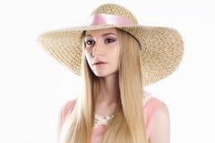 Hat.Spring.Jewelry的美丽的白肤金发的妇女 免版税图库摄影