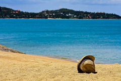 Hat on white sand of coast Royalty Free Stock Images