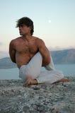 Hatha-Yoga: Ardha Matsyendrasana Stockfoto