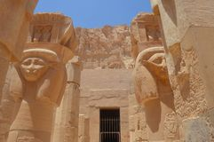 Hathor, Frau von Horus, dargestellt an Hatshepsut-Tempel stockbild