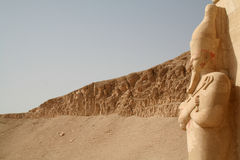 Hatshepsut太平间寺庙- Osirian雕象(上帝Osirus)女王Hatshepsut [广告Deyr Al Bahri,埃及,阿拉伯国家,非洲] 库存图片