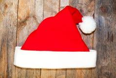 Hatt av Santa Claus på ett trä Arkivbild