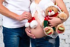 Hatt för nytt år av Santa Claus och julnallebjörn Arkivfoto