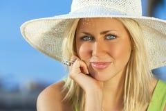 Hatt för sol för härlig kvinnaflicka bärande Royaltyfri Bild
