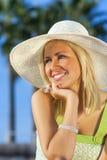 Hatt för sol för härlig kvinnaflicka bärande Fotografering för Bildbyråer