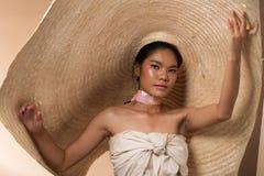 Hatt för svart hår för kvinna för mode ung asiatisk stor royaltyfria foton