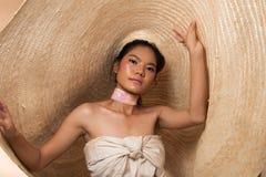 Hatt för svart hår för kvinna för mode ung asiatisk stor arkivfoto
