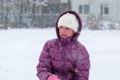 Hatt för vinter för mitt- ålderflicka som bärande ser förvånad Royaltyfri Bild