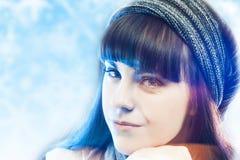 Hatt för vinter för ung sinnlig brunettkvinna bärande över vinterförkylning Royaltyfri Foto