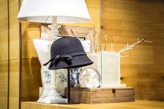 Hatt, glass boll och dekorativ kudde Royaltyfri Foto