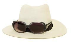 Hatt med solglasögon i vit bakgrund Fotografering för Bildbyråer