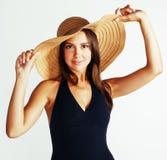 Hatt och baddräkt för sommar för ung nätt brunettkvinna som bärande isoleras på vit bakgrund Royaltyfri Fotografi
