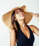 Hatt och baddräkt för sommar för ung nätt brunettkvinna som bärande isoleras på vit bakgrund som förbereder sig till semestrar Arkivfoton