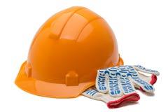 Hatt och handskar för konstruktion som hård isoleras över vit Arkivbild