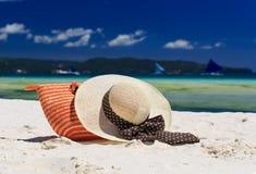 Hatt och påse på den tropiska stranden Fotografering för Bildbyråer