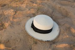 Hatt på sand white för sugrör för bana för bakgrundsclipping hatt isolerad sand Sommar royaltyfri bild