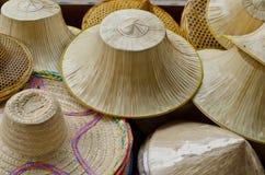 Hattar som göras ââof, gömma i handflatan lämnar och bambu. Royaltyfria Bilder