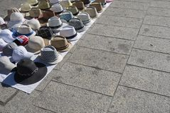 Hattar som säljs i gatan arkivfoto