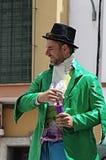 Средневековый рынок: hatted человек в зеленой куртке 16 Стоковая Фотография RF