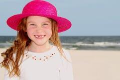 hatted pink för strandflicka Arkivbild