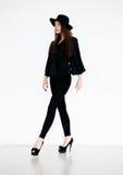 hatten för skönhetbrunettflickan heeled retro sexigt fotografering för bildbyråer