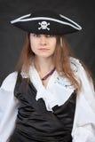 hatten piratkopierar den allvarliga kvinnan för ståenden Arkivbild