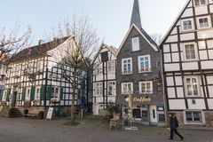 HATTINGEN, GERMANIA - 15 FEBBRAIO 2017: Le donne unidentifed passa un vicolo storico attraverso la città storica Immagine Stock