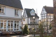 HATTINGEN, GERMANIA - 15 FEBBRAIO 2017: Stretto a graticcio storico uno di frama di due più grande case a cui ospita un appartame Immagini Stock