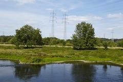 Hattingen (Niemcy) - krajobraz z Rzecznym Ruhr, drzewami i władza słupami, Fotografia Stock