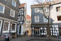 HATTINGEN TYSKLAND - FEBRUARI 15, 2017: Många av de historiska husen har återförsäljnings- shoppar i deras bottenvåning och tilld Fotografering för Bildbyråer