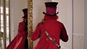 Hattmakare från Alice i underlandblickar in i kameran Gör tecken åt tittaren till hans finger och kör av ner korridoren lager videofilmer