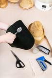 Hattmakaren applicerar ett bindemedel en filthuv för att fixa Fotografering för Bildbyråer