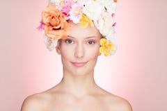 hattro som ler kvinnan Arkivfoto