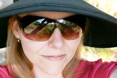 hattsolglasögonkvinna Arkivbild