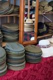 Hattval i en shoppa arkivbild