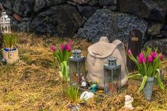 Hatuna, Suède - 1er avril 2017 : Tombe de voyageur dans l'église de Photographie stock
