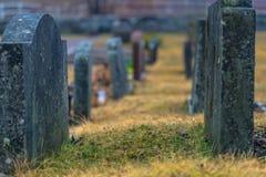 Hatuna, Suède - 1er avril 2017 : Tombes dans l'église de Haggeby, Photographie stock libre de droits