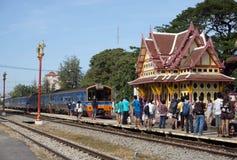 Hau hin泰国- 1月01 :许多乘客等待火车继续旅途 库存图片