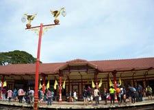 Hau hin泰国- 1月01 :许多乘客waitting火车 hin华火车站 免版税图库摄影