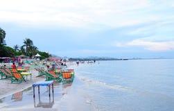 Hau Hin海滩,泰国- 2016年7月17日:在沙子的海滩睡椅在多云天空 免版税库存图片