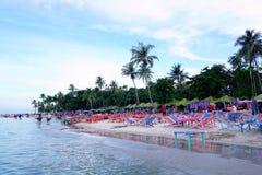 Hau Hin海滩,泰国- 2016年7月17日:在沙子的海滩睡椅在多云天空 库存图片