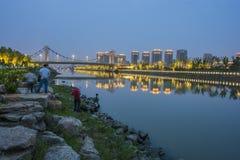 Hau Wong Bay Bridge, die onlangs populaire toe te schrijven aan de verlichting van lichten en watergordijnen bij nacht werd Royalty-vrije Stock Foto