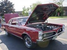 Haube 1967 Pontiac-GTO geöffnet stockfoto