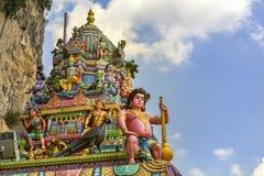 Haube des buddhistischen Tempels mit Skulpturen von hindischen Göttern im Batu-Höhlenkomplex lizenzfreie stockbilder