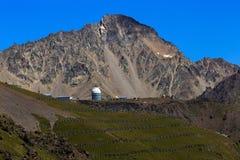 Haube des Observatoriums für das Beobachten der Sterne in den Bergen lizenzfreies stockbild