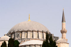 Haube einer Moschee und des Teils eines Minaretts Lizenzfreies Stockbild